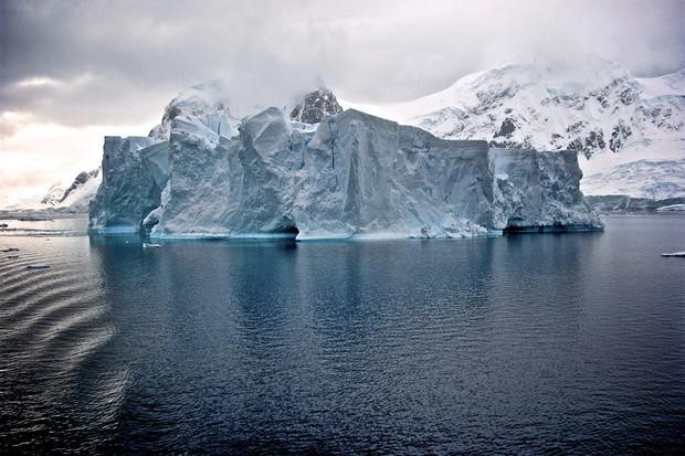 Od Antarktidy se odlomil ledovec. Nyní je největší na světě