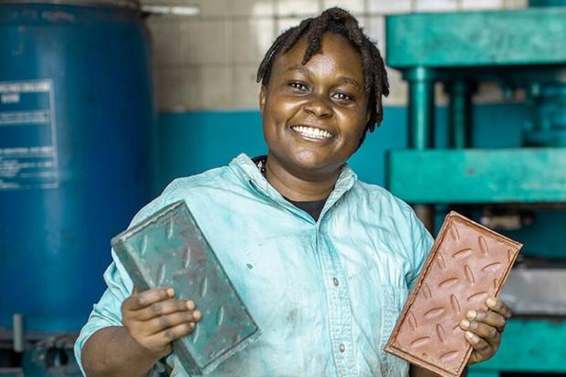 Africký startup vyrábí z plastu dlažební kostky, které jsou tvrdší než beton