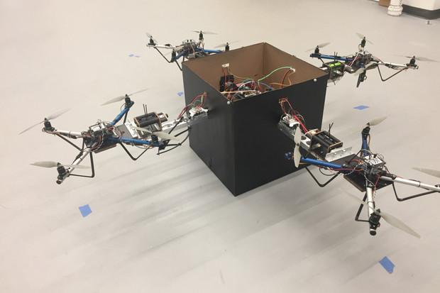 Když jeden dron nemůže, tak mu druhý pomůže