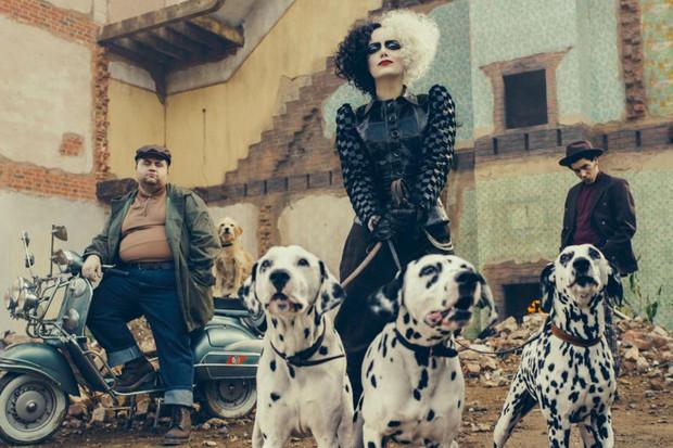 Cruella v podání Emmy Stone nás zavede zpět do světa dalmatinů
