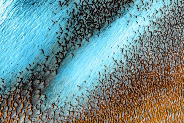 NASA zveřejnila snímek zachycující modré duny na Rudé planetě